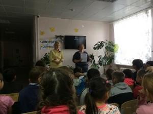 мероприятие проводят инспектор по охране прав детства Кокшарова О Н и специалист КЦСОН Терехова Ю В