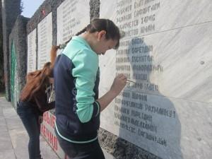 волонтёры у памятника